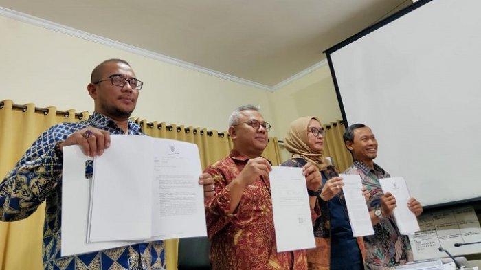 Ketua KPU Arief Budiman bersama komisioner KPU lainnya menunjukan surat pengunduran diri Wahyu Setiawan dari KPU, Jumat (10/1/2020).