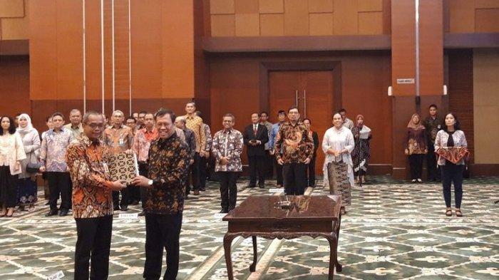 Serah terima jabatan dari Robert Pakpahan kepada Suryo Utomo sebagai Direktur Jenderal Pajak disaksikan Menteri Keuangan Sri Mulyani Indrawati di Jakarta, Jumat (1/11/2019).(KOMPAS.COM/MUTIA FAUZIA)