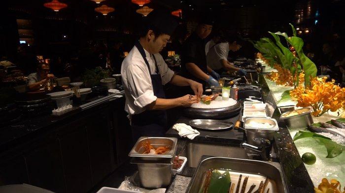 Sushi Bar di KOMA at Marina Bay Sands Singapore, di mana pengunjung dapat melihat langsung chef mengolah makanan yang akan disajikan