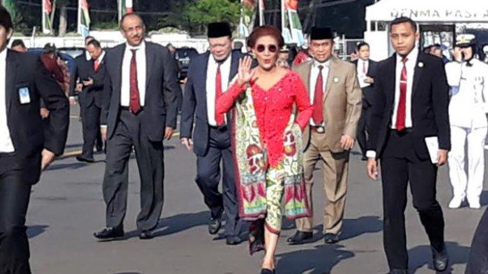 Penampilan nyentrik Menteri Kelautan dan Perikanan Susi Pudjiastuti di upacara peringatan HUT ke-74 TNI di Lanut Halim Perdanakusuma, Jakarta Timur, Sabtu (5/10/2019).