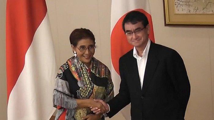 Menteri Susi Pudjiastuti dan Menteri Luar Negeri Taro Kono (kanan)
