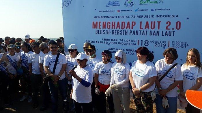Semangat Susi Pudjiastuti Punguti Sampah di Kawasan Ancol