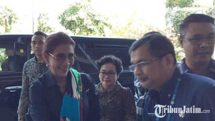 Menteri Susi Besuk Risma di RS: Saya Datang Bu Risma Langsung Melambaikan Tangan