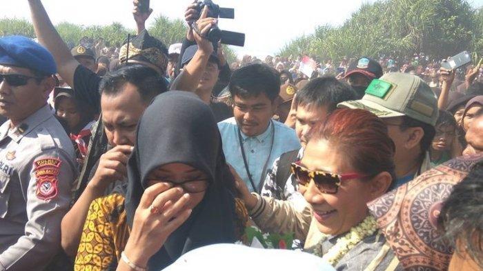 Masyarakat Pangandaran mengerumuni Susi Pudjiastuti yang baru tiba di landasan pacu Pamugaran, Sabtu (26/10/2019)