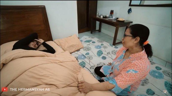 Saat masuk ke kamar, tampak Ashanty masih terlelap di kasur. Ashanty tampak terkejut hingga tak mampu berkata-kata.