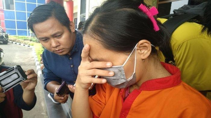 Sutina PRT-tersangka pembuang bayi hasil hubungan gelapnya ke dalam mesin suci saat digiring ke Unit PPA Porlesta Palembang