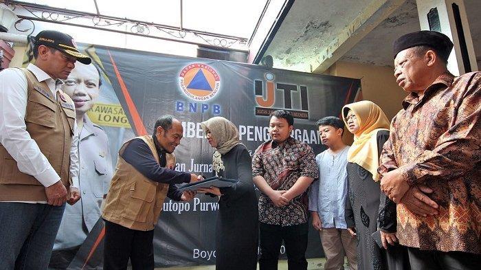 Disaksikan Kepala BNPB, Ikatan Jurnalis Televisi Indonesia Serahkan Penghargaan Untuk Sutopo
