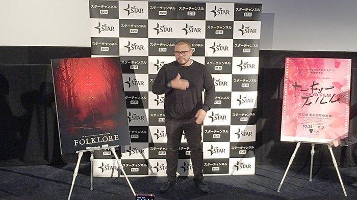Sutradara Joko Anwar di antara dua poster promosi filmnya di Tokyo International Film festival (TIFF), Sabtu (2/11/2019).