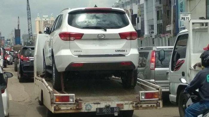 SUV Esemka Garuda 1 sedang diangkut oleh sebuah towing car