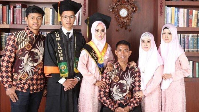 Kisah Suwarno, Penjual Kelapa yang Tekun Cari Nafkah Hingga Bisa Kuliahkan 2 Anaknya & Raih Cumlaude
