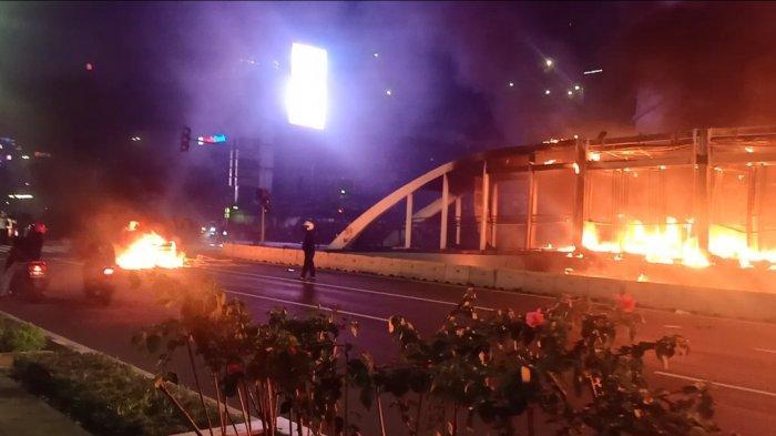 Sejumlah Orang Sempatkan 'Selfie' Berlatar Belakang Kobaran Api Halte Bus Transjakarta