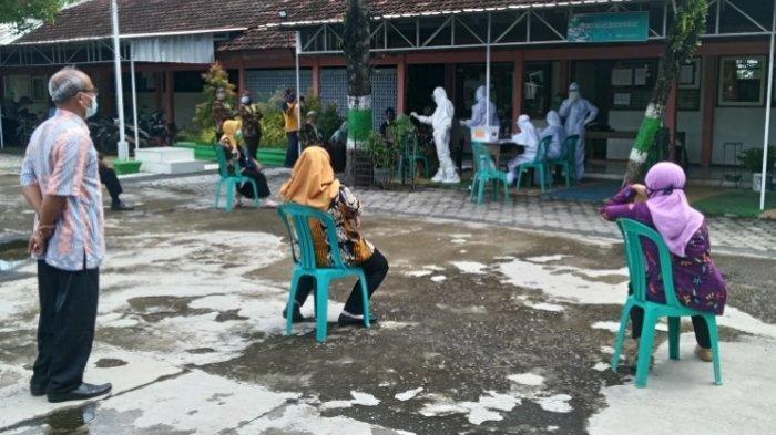 Guru SMP Negeri 3 Jekulo Kudus antre mengikuti tes swab massal di sekolah, Selasa (1/12/2020).