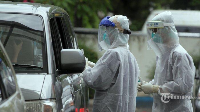 Tenaga kesehatan menggunakan alat pelindung diri (APD) melakukan tes swab di Rumah Sakit Pertamina Jaya, Jakarta Pusat, Rabu (6/1/2021). Swab test PCR (Polymerase Chain Reaction) masih menjadi pilihan masyarakat untuk mengetahui status Covid-19 pada dirinya karena tes tersebut dilakukan dengan metode pengusapan di kedua hidung dan mulut dan hasilnya dianggap paling akurat. Dalam sehari Rumah Sakit Pertamina Jaya dapat melayani permintaan Swab PCR sebanyak 800 sampel dengan batas maksimal biaya swab test atau tes usap mandiri sebesar Rp 900 ribu. Tribunnews/Jeprima