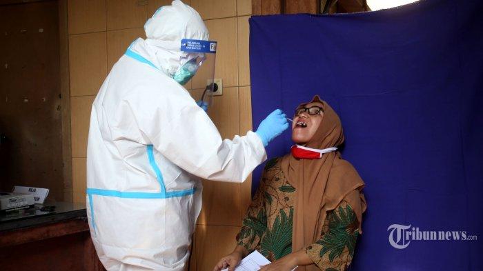 Warga mengikuti swab test massal di Kantor RW 01, Kelurahan Kramat, Senen, Jakarta Pusat, Kamis (25/6/2020). Pemeriksaan swab test dan rapid test massal tersebut ditujukan bagi warga lansia, ibu hamil, dan masyarakat yang rentan yang bertujuan untuk memutus mata rantai penyebaran virus corona (Covid-19). Warta Kota/Angga Bhagya Nugraha
