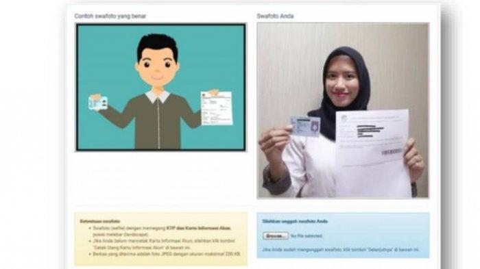 Contoh swafoto memegang KTP dan Kartu Informasi Akun SSCN (Buku Petunjuk Pendaftaran CPNS 2018/BKN)