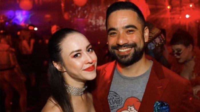 Pasangan swinger, Jess dan Lawrence, juga pemilik klub swinger, memberi pengakuan tentang aktivitas swinger di klub mereka.