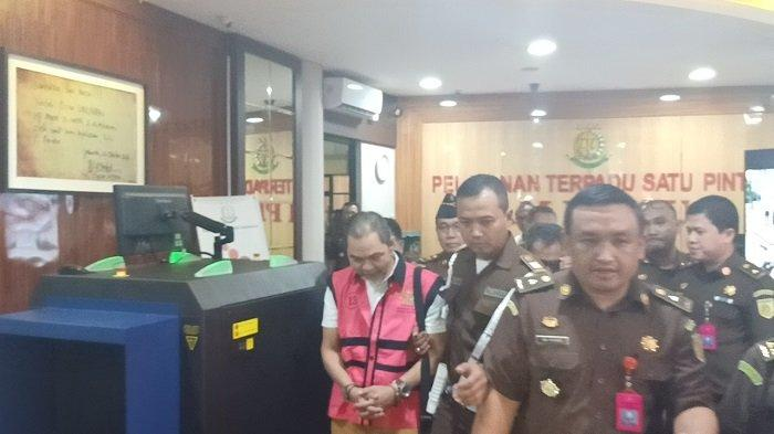 Mantan kepala divisi investasi Jiwasraya, Syahmirwan keluar dari Gedung Bundar Kejaksaan Agung Ri dengan tangan terborgol, Selasa (14/1/2020)