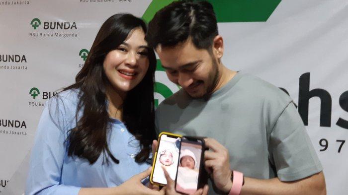 Syahnaz Shadiqah dan Jeje Govinda saat memperlihatkan foto anak kembar mereka di RSIA Bunda, Menteng Jakarta Pusat, Sabtu (4/1/2020).