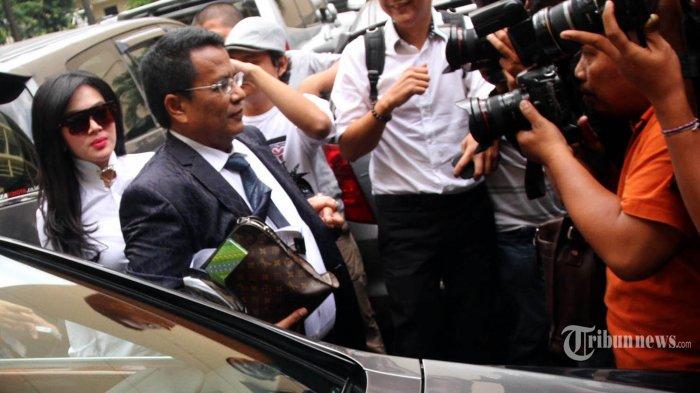 Penyanyi Syahrini (kiri) didampingi kuasa hukumnya Hotman Paris (kanan) tiba di Bareskrim Mabes Polri, Jakarta Selatan, Senin (2/3/2015). Syahrini diperiksa terkait kedekatannya dengan Feriyani Lim, perempuan yang melaporkan dugaan kasus pemalsuan dokumen oleh Ketua nonaktif Komisi Pemberantasan Korupsi Abraham Samad. WARTA KOTA/HENRY LOPULALAN