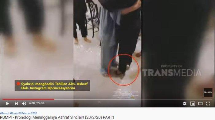 Syahrini memakai sepatu high heels saat tahlilan Ashraf Sinclair di rumah BCL.
