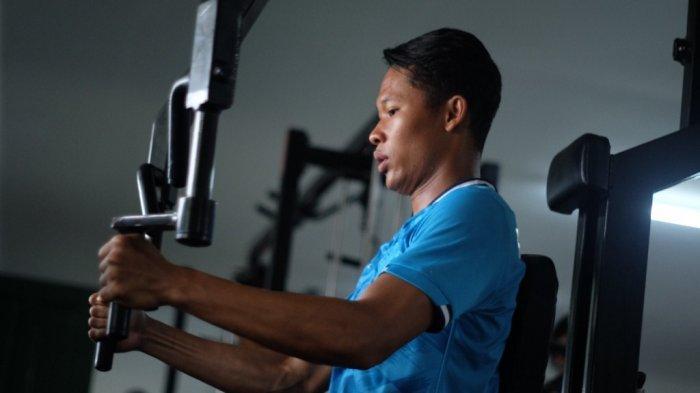 Syahrul Trisna Fadillah sedang melakukan olahraga Gym yang menjadi favoritnya