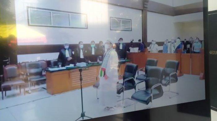 Muhammad Rizieq Shihab (MRS) tampak menggunakan syal bergambar bendera Indonesia dan Palestina dalam ruang sidang Pengadilan Negeri (PN) Jakarta Timur, Kamis (20/5/2021).