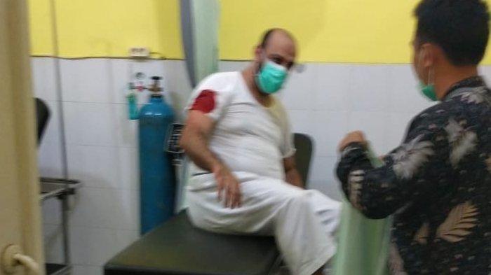 Syekh Ali Jaber mendapat perawatan setelah ditusuk di sebuah masjid di Bandar Lampung.