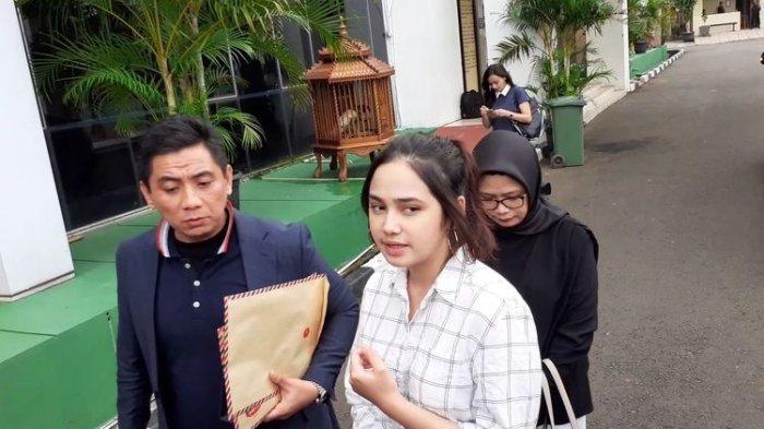 Syifa Hadju didampingi kuasa hukum mendatangi Mapolres Tangerang Selatan, kawasan Serpong, Jumat (28/2/2020).(KOMPAS.com/ANDIKA ADITIA)