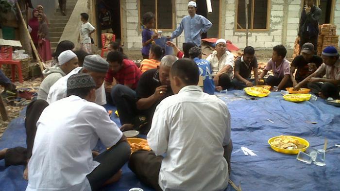 Usai Syukuran Keluarga Arsyad Ajak Warga Makan Bersama