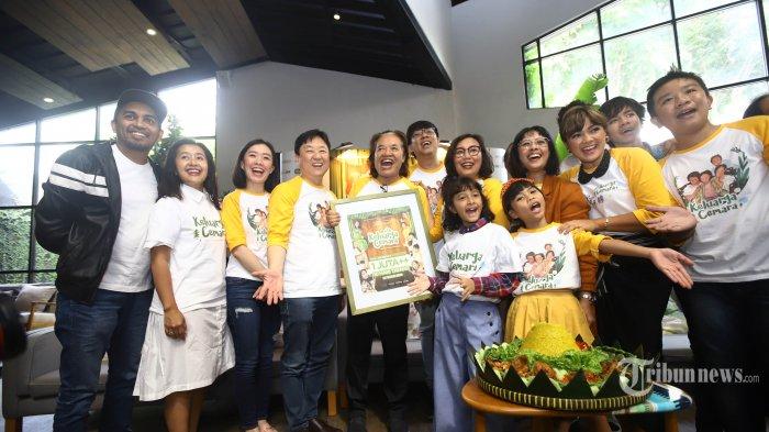 Pemain, produser, dan sutradara film Keluarga Cemara seperti Nirina Zubir, Widi Mulia, Widuri Puteri, Anggia Kharisma, dan Glenn Fredly menghadiri acara sykuran film Keluarga Cemara tembus satu juta penonton, di Jakarta, Senin (14/1/2019). Film yang disadur dari serial TV karya Arswendo Atmowiloto pada tahun 90an tayang serentak di bioskop pada tanggal 3 Januari lalu. TRIBUNNEWS/HERUDIN