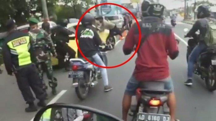 Polisi terjungkir ditabrak sopir mobil mewah di pos penyekatan mudik Prambanan, Minggu 9 Mei 2021.