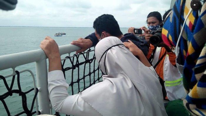 Momen Sedih saat Keluarga Korban Sriwijaya Air SJ 182 Saling Menguatkan Ketika Tabur Bunga