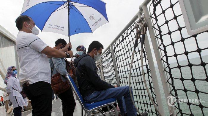 Sejumlah keluarga korban, kerabat, dan kru pesawat Sriwijaya Air melakukan prosesi tabur bunga sebagai penghormatan terakhir bagi para korban jatuhnya pesawat Sriwijaya Air SJ 182, yang digelar di atas kapal KRI Semarang, di perairan Kepulauan Seribu, Jakarta, Jumat (22/1/2021). Pesawat Sriwijaya Air SJ 182 rute Jakarta-Pontianak yang membawa 50 penumpang dan 12 kru hilang kontak dan ditemukan jatuh di perairan Kepulauan Seribu pada 9 Januari 2021 lalu. Tribunnews/Jeprima