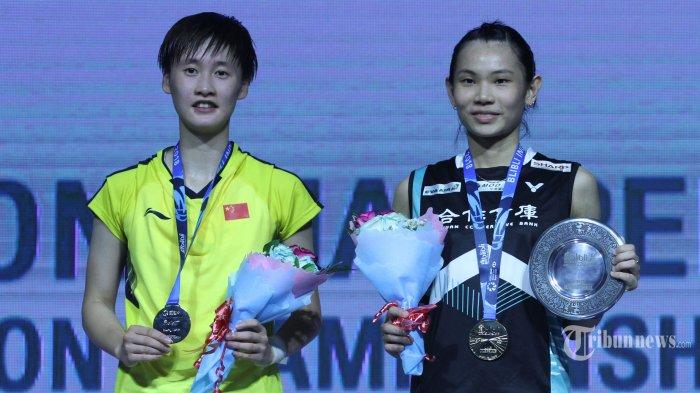 Pebulu tangkis tunggal putri Taiwan Tai Tzu Ying (kanan) menunjukkan medali usai mengalahkan pebulu tangkis tunggal putri China Chen Yufei (kiri) pada pertandingan final kejuaraan Blibli Indonesia Open 2018 di Istora Senayan, Jakarta, Minggu (8/7/2018). Tai Tzu Ying berhasil menjadi juara usai mengalahkan Chen Yufei dengan skor 21-23, 21-15 dan 21-9. TRIBUNNEWS/IRWAN RISMAWAN