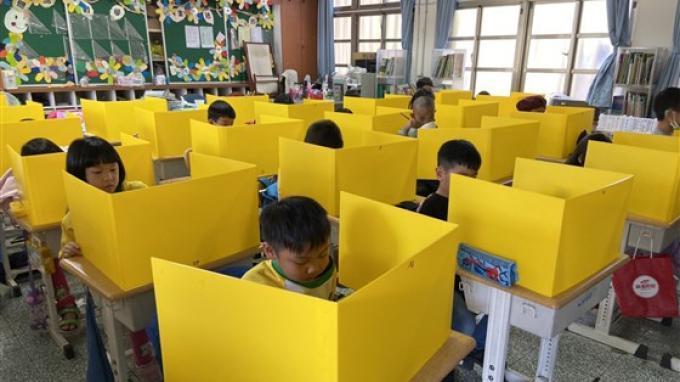 Murid-murid di sebuah sekolah di Taiwan menggunakan bilik plastik.