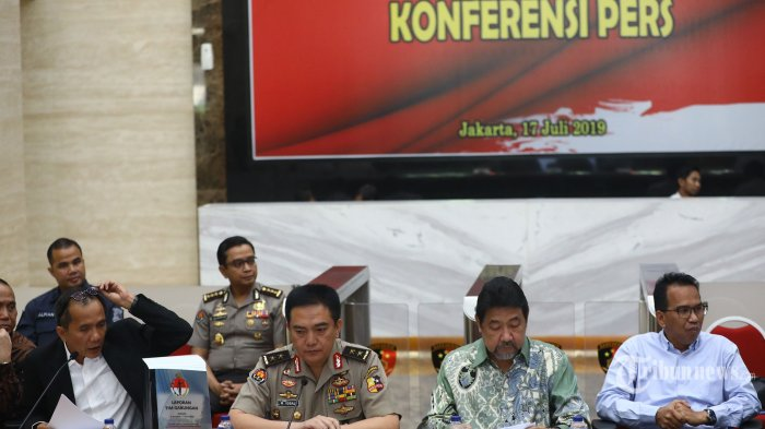 Kadivhumas Polri Irjen Pol M Iqbal (kedua kiri) bersama Ketua Tim Gabungan Pencari Fakta (TGPF) kasus Novel Baswedan, Nurcholis (kiri) dan Anggota TGPF Hendardi (kedua kanan) memberikan keterangan saat merilis hasil investigasi TGPF Novel Baswedan di Mabes Polri, Jakarta, Rabu (17/7/2019). Dalam keterangannya TGPF kasus Novel Baswedan merekomendasikan Kapolri Jenderal Pol Tito Karnavian untuk mendalami sejumlah perkara tindak pidana korupsi yang pernah ditangani penyidik KPK tersebut serta membentuk tim teknis lapangan untuk melanjutkan hasil kerja TGPF. TRIBUNNEWS/IRWAN RISMAWAN