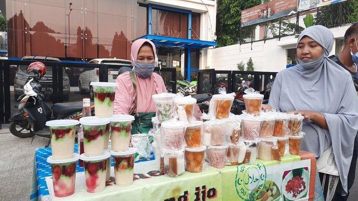 Aneka takjil di Jalan Panjang, Kebon Jeruk, Jakarta Barat, Minggu (18/4/2021) sore.