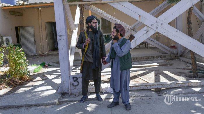 Anggota Taliban berdiri di luar penjara Pul-e-Charkhi di Kabul pada 16 September 2021. AFP/BULENT KILIC