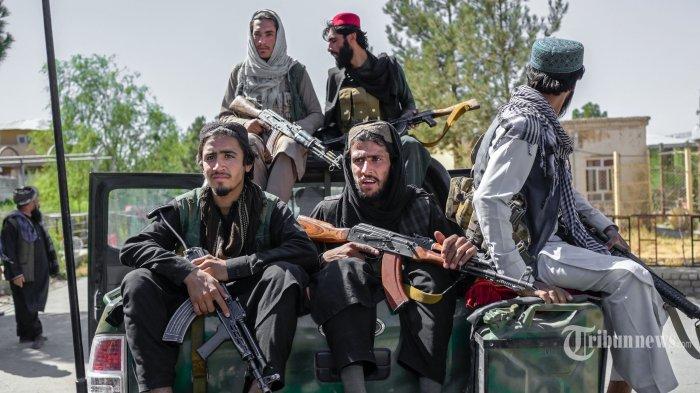 Anggota Taliban berkendara di penjara Pul-e-Charkhi di Kabul pada 16 September 2021. AFP/BULENT KILIC