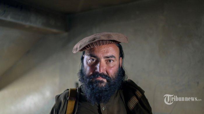Seorang anggota Taliban berjaga di dalam penjara Pul-e-Charkhi di Kabul pada 16 September 2021. AFP/BULENT KILIC