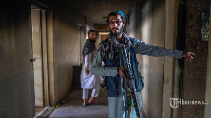 Anggota Taliban berjalan di dalam penjara Pul-e-Charkhi di Kabul pada 16 September 2021. AFP/BULENT KILIC