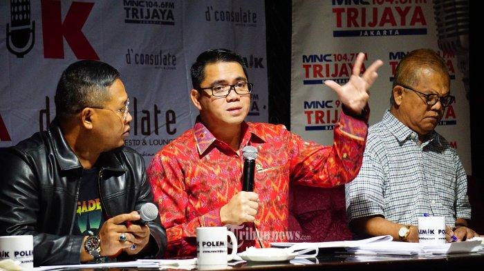 Anggota Komisi III DPR Fraksi PDI Perjuangan Arteria Dahlan (tengah) dan pakar hukum Abdul Fickar Hajar (kanan) berdiskusi dalam acara talkshow POLEMIK di d'consulate resto, Jakarta Pusat, Sabtu (7/9/2019). (TRIBUN/IQBAL FIRDAUS)