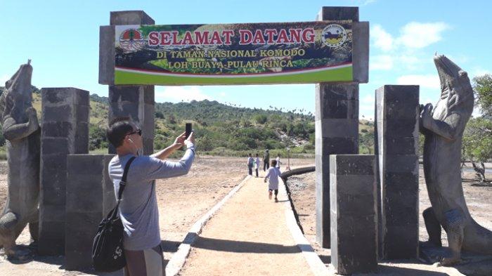 Gapura di Pulau Hinca, NTT tempat Komodo berada. Selain pulau itu, hewan endemik Indonesia itu juga hidup di Pulau Komodo, Pulau Gili Motang, Pulau Nosa Kode, dan Pulau Padar, yang termasuk bagian dari Taman Nasional Komodo.