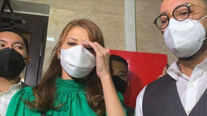 Tamara Bleszynski ditemani kuasa hukumnya, Djohansyah usai membuat aduan di Bareskrim Mabes Polri, Jakarta Selatan, Selasa (12/10/2021).
