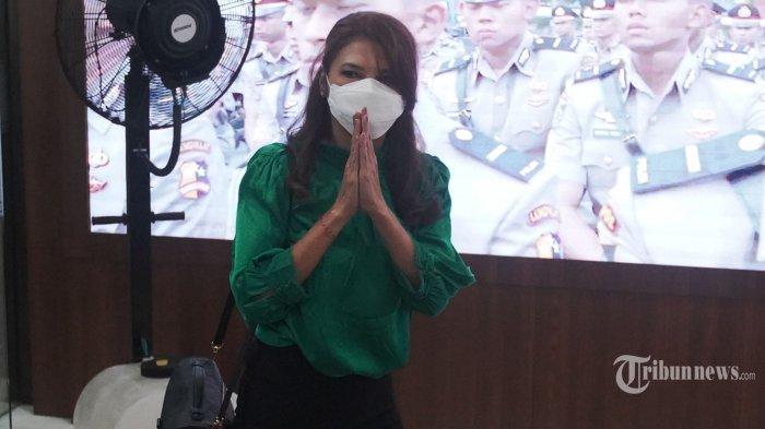Artis peran Tamara Bleszynski mendatangi gedung Bareskrim Polri didampingi penasihat hukumnya, di Jakarta, Selasa (12/10/2021). Kedatangan Tamara Bleszynski itu untuk melaporkan kerugian yang menimpa dirinya sebanyak belasan miliar terkait bisnis. TRIBUNNEWS/HERUDIN