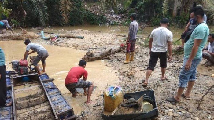 Tambang emas Ilegal di Desa Sungai Alah, Kecamatan Hulu Kuantan, Kabupaten Kuantan Singingi, Riau, Minggu (27/9/2020).(Dok. Polda Riau)