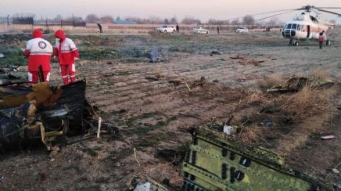 Tampak puing-puing pesawat Ukraina yang jatuh di Iran.
