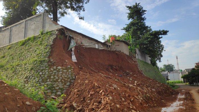 Tanah longsor di Perumahan Kemang Pratama 2, Bekasi, Senin (27/1/2020). Tanah longsor ini terjadi sejak 1 Januari 2020, namun sampai saat ini belum ada tindakan penanggulangan dari Pemerintah Kota Bekasi.