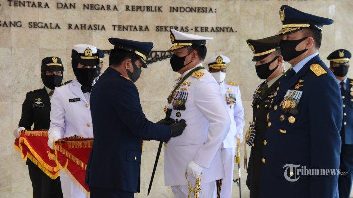 Panglima TNI Sematkan Tanda Kehormatan Bintang Angkatan Kelas Utama Untuk KSAL dan KSAU