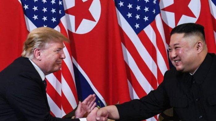 Presiden Amerika Serikat Donald Trump berjabat tangan dengan pemimpin Korea Utara Kim Jong Un di Sofitel Metropole Hotel, Hanoi, Vietnam, Rabu (27/2/2019).